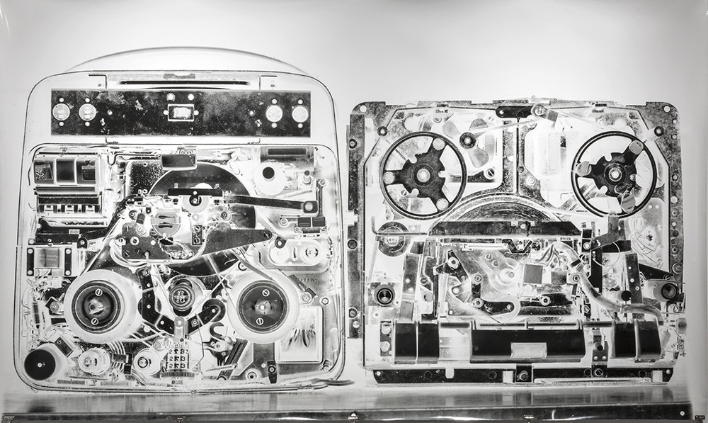 Pedro Wainer - 2 grabadores de cinta abierta. 107 x 180 cm. Exposición directa sobre gelatina de plata, copia única. (2016)