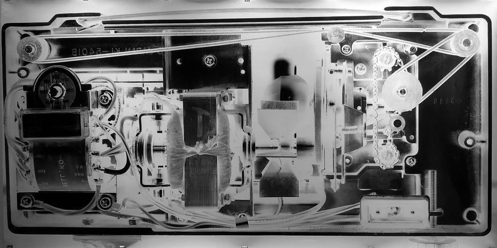 Pedro Wainer - Proyector de súper-8 Magnon 2. 107 x 210 cm. Exposición directa sobre gelatina de plata, copia única. (2016)