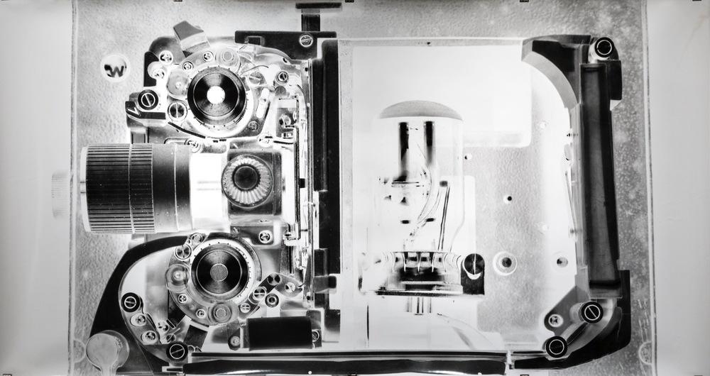 Pedro Wainer - Proyector de súper-8 Elmo. 107 x 195 cm. Exposición directa sobre gelatina de plata, copia única. (2016) Mención del jurado Premio AAMEC, Museo E. Caraffa 2016